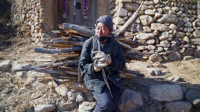 Bi kịch người già ở Trung Quốc: Tuổi trẻ dốc sức, dốc tiền nuôi con, đến khi xế chiều phải gánh củi, bán ngô nuôi thân - Ảnh 1.