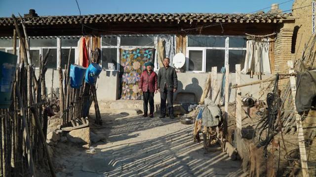 Bi kịch người già ở Trung Quốc: Tuổi trẻ dốc sức, dốc tiền nuôi con, đến khi xế chiều phải gánh củi, bán ngô nuôi thân - Ảnh 2.