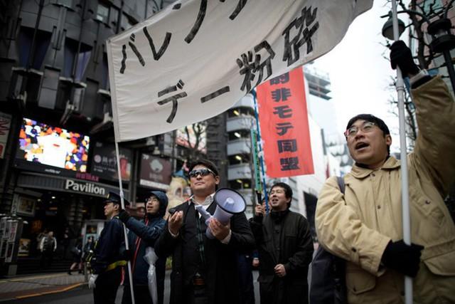 Các thanh niên Nhật ế lâu năm ra đường biểu tình đòi hủy ngày Valentine - Ảnh 1.