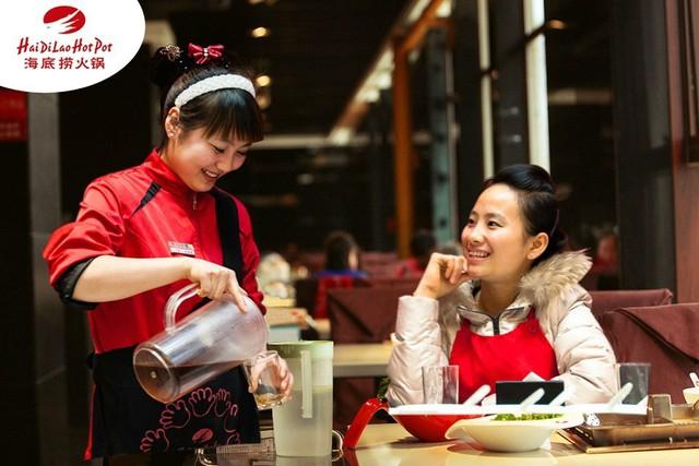 """Haidilao – Chuỗi nhà hàng làm """"điên đảo"""" thế giới: Mát xa và làm móng cho khách ngồi chờ, lao công làm tốt sẽ được lên quản lý! - Ảnh 5."""