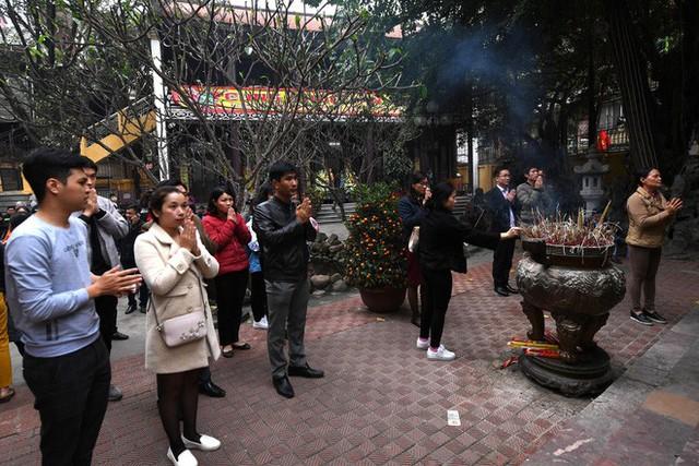 Hàng nghìn người chen chân dâng sớ cúng giải hạn sao La Hầu tại chùa Phúc Khánh - Ảnh 1.