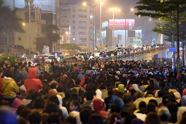 Hàng nghìn người chen chân dâng sớ cúng giải hạn sao La Hầu tại chùa Phúc Khánh - Ảnh 12.