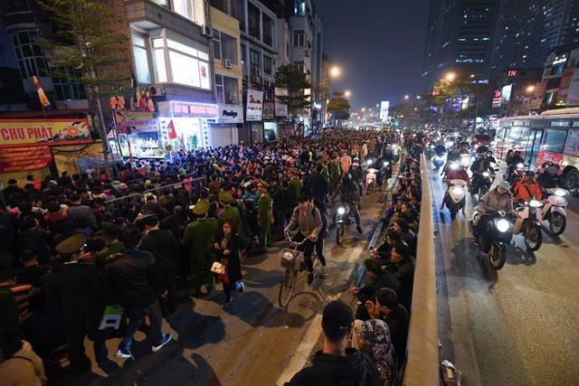 Hàng nghìn người chen chân dâng sớ cúng giải hạn sao La Hầu tại chùa Phúc Khánh - Ảnh 14.
