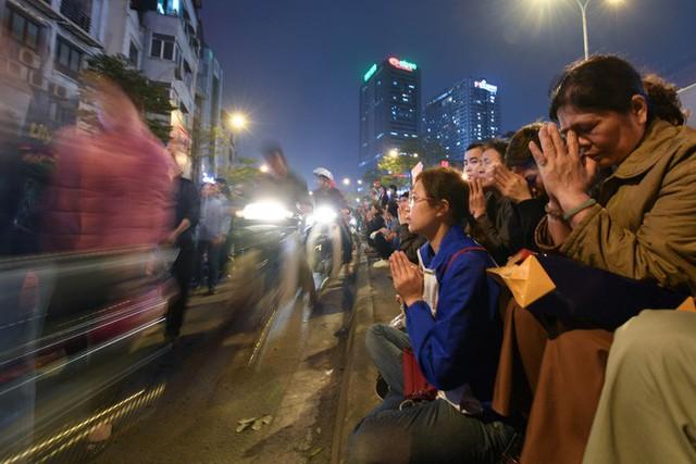 Hàng nghìn người chen chân dâng sớ cúng giải hạn sao La Hầu tại chùa Phúc Khánh - Ảnh 17.