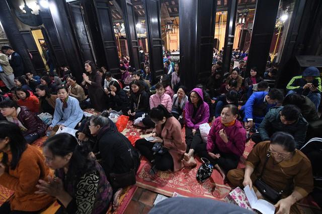 Hàng nghìn người chen chân dâng sớ cúng giải hạn sao La Hầu tại chùa Phúc Khánh - Ảnh 4.