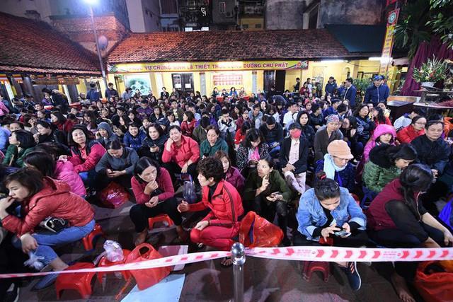 Hàng nghìn người chen chân dâng sớ cúng giải hạn sao La Hầu tại chùa Phúc Khánh - Ảnh 7.