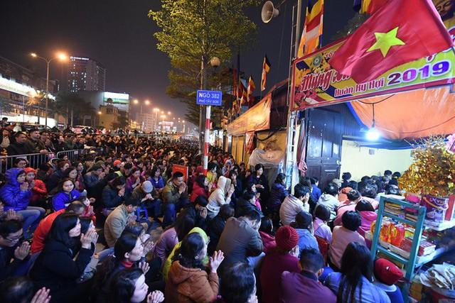 Hàng nghìn người chen chân dâng sớ cúng giải hạn sao La Hầu tại chùa Phúc Khánh - Ảnh 9.
