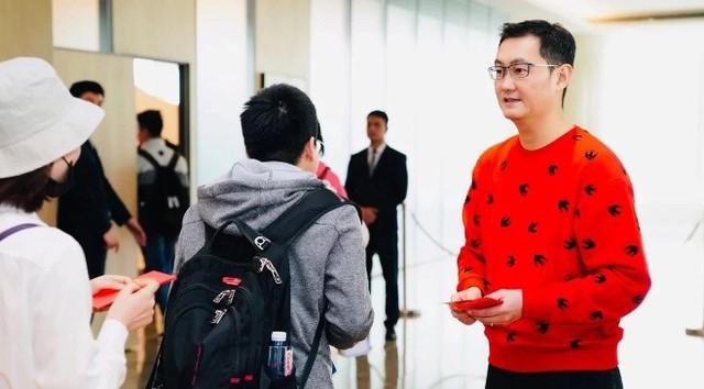 Nhân viên Tencent xếp hàng chờ qua đêm để nhận lì xì khoảng hơn 300.000 đồng từ CEO Pony Ma - Ảnh 1.