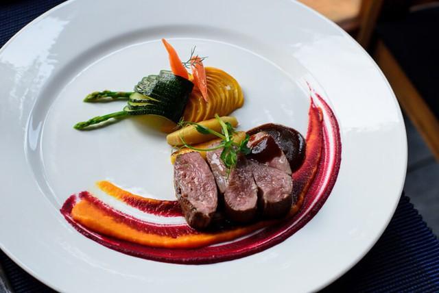 Tại sao những nhà hàng sang trọng bậc nhất luôn phục vụ khẩu phần ăn bé tí trên một chiếc đĩa to? - Ảnh 4.