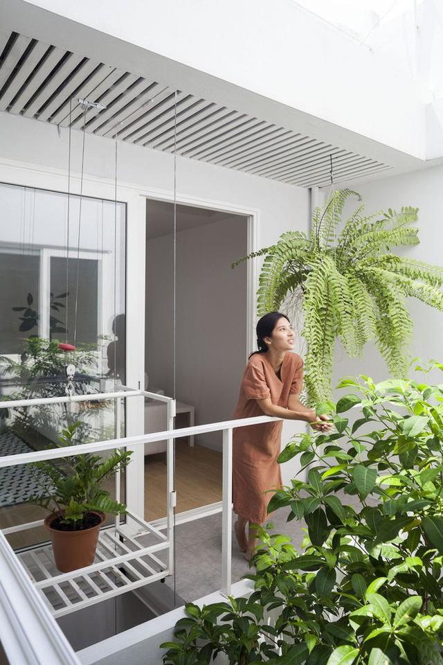 Sau 15 năm bỏ hoang, ngôi nhà 300m² được cặp vợ chồng trẻ hồi sinh cực hiện đại lại có vườn bonsai đáng mơ ước ở ban công - Ảnh 10.