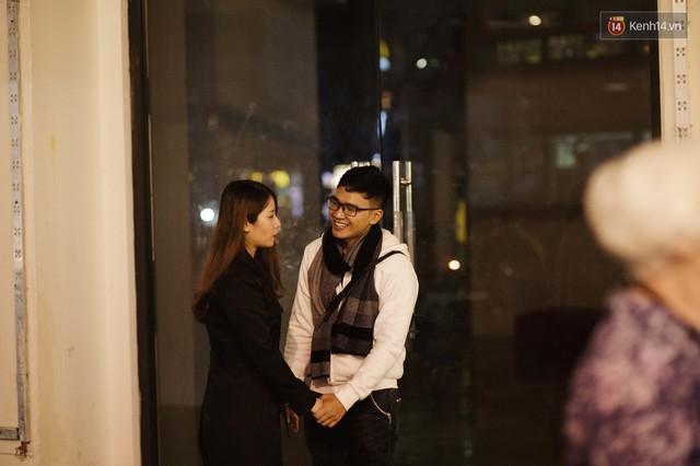 Hà Nội đêm Valentine: Cả thế giới bỗng chốc thu bé lại chỉ bằng cái nắm tay hay một nụ hôn ngọt ngào - Ảnh 14.