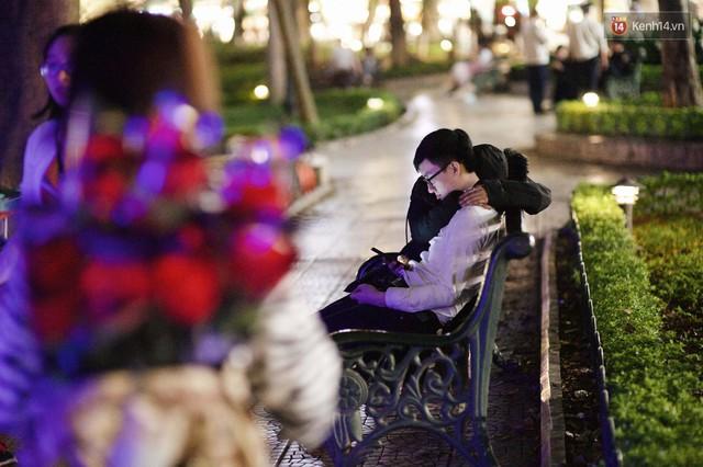 Hà Nội đêm Valentine: Cả thế giới bỗng chốc thu bé lại chỉ bằng cái nắm tay hay một nụ hôn ngọt ngào - Ảnh 8.