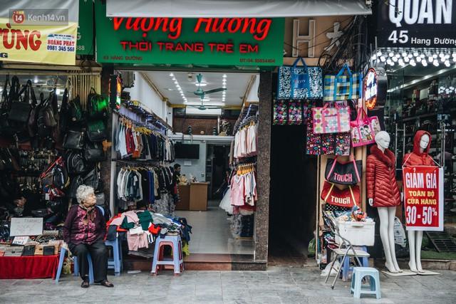 Cuộc sống bên trong những con ngõ chỉ vừa 1 người đi ở Hà Nội: Đèn điện bật sáng dù ngày hay đêm - Ảnh 1.