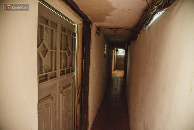Cuộc sống bên trong những con ngõ chỉ vừa 1 người đi ở Hà Nội: Đèn điện bật sáng dù ngày hay đêm - Ảnh 14.