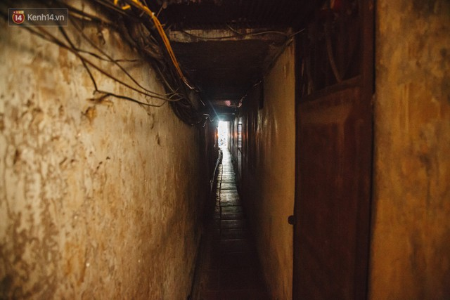Cuộc sống bên trong những con ngõ chỉ vừa 1 người đi ở Hà Nội: Đèn điện bật sáng dù ngày hay đêm - Ảnh 15.