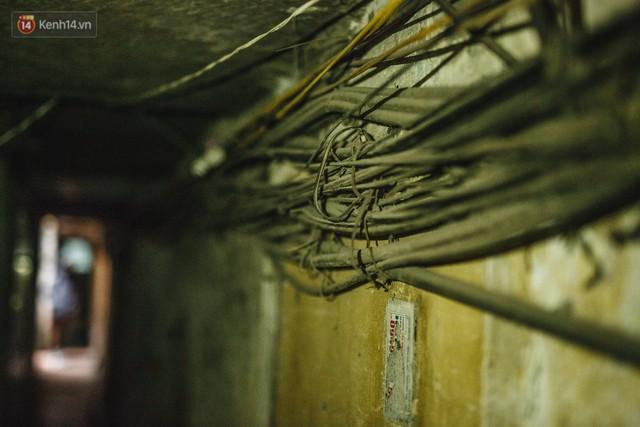 Cuộc sống bên trong những con ngõ chỉ vừa 1 người đi ở Hà Nội: Đèn điện bật sáng dù ngày hay đêm - Ảnh 16.