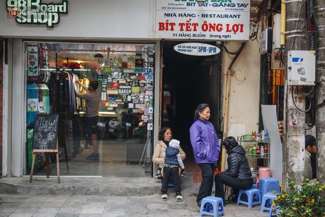 Cuộc sống bên trong những con ngõ chỉ vừa 1 người đi ở Hà Nội: Đèn điện bật sáng dù ngày hay đêm - Ảnh 5.