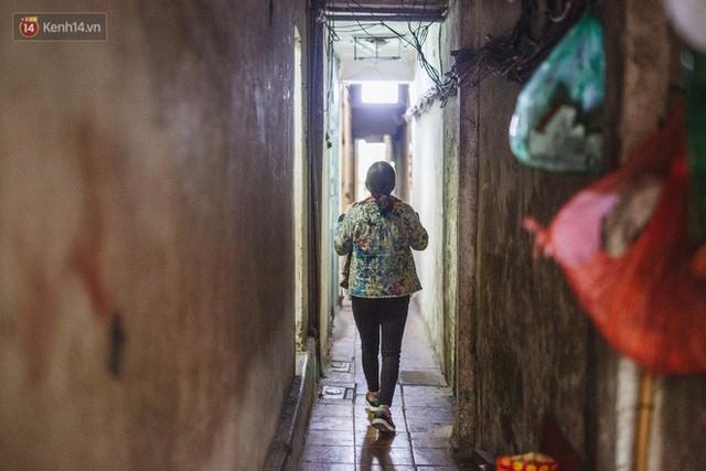 Cuộc sống bên trong những con ngõ chỉ vừa 1 người đi ở Hà Nội: Đèn điện bật sáng dù ngày hay đêm - Ảnh 9.
