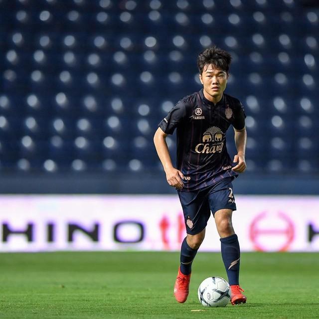 Những hình ảnh đầu tiên của Xuân Trường tại đội bóng Thái Lan - Ảnh 2.