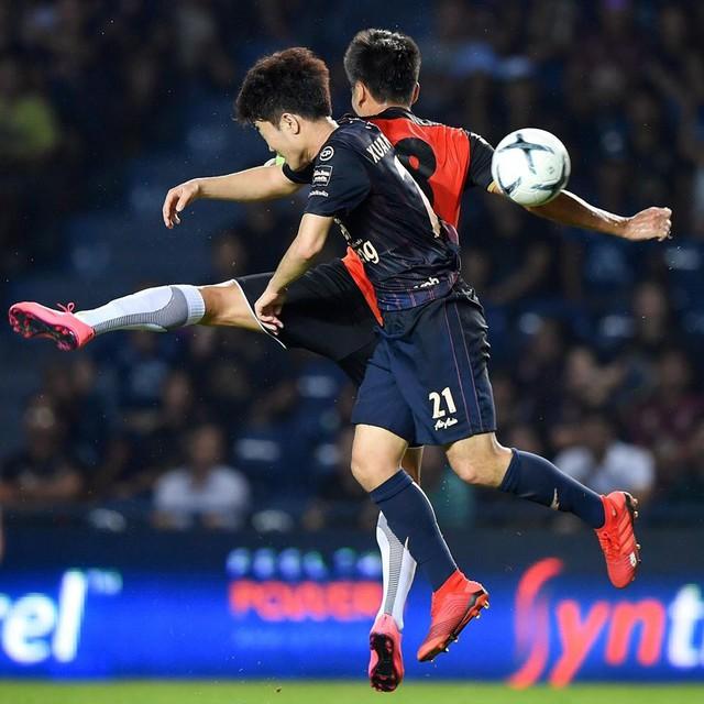Những hình ảnh đầu tiên của Xuân Trường tại đội bóng Thái Lan - Ảnh 3.