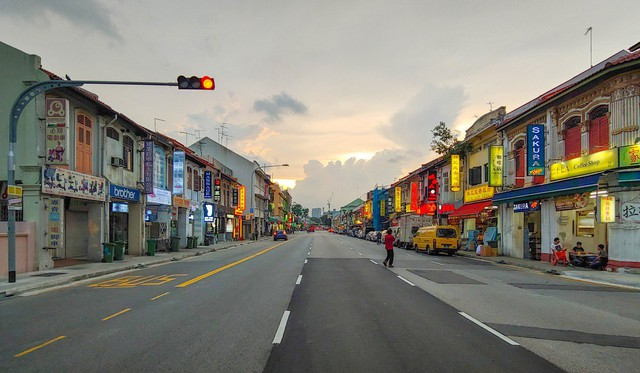 Ngành công nghiệp sung sướng thời 4.0: Xài app tìm bạn và đặt khách sạn là đủ, phố đèn đỏ Singapore đóng cửa vì ế khách - Ảnh 1.