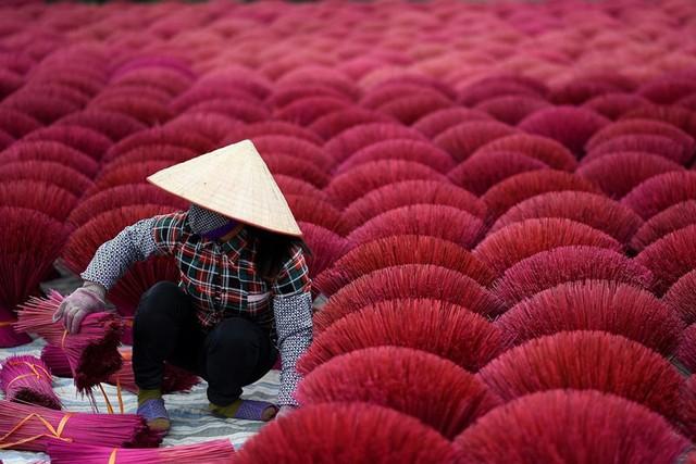 """Làng nghề tăm hương Việt Nam """"đẹp nao lòng"""" dưới ống kính nhiếp ảnh nước ngoài - Ảnh 1."""