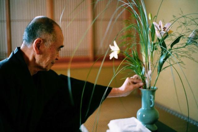 Sau 10 năm ẩn dật, người phụ nữ Nhật Bản trở thành kho báu quốc gia khi được mọi người mệnh danh là bậc thầy cắm hoa - Ảnh 2.