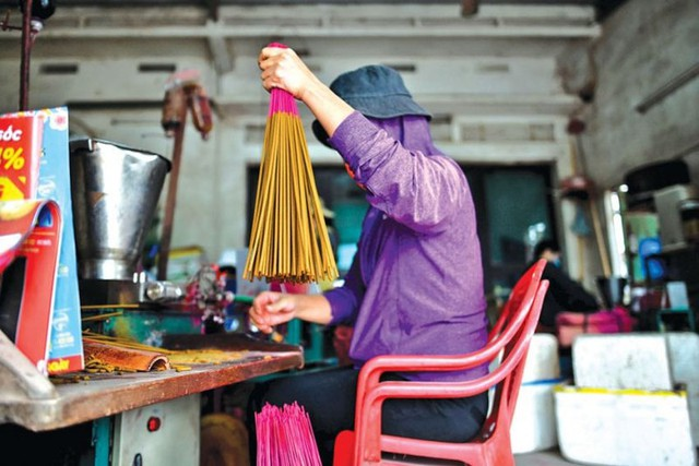 """Làng nghề tăm hương Việt Nam """"đẹp nao lòng"""" dưới ống kính nhiếp ảnh nước ngoài - Ảnh 7."""