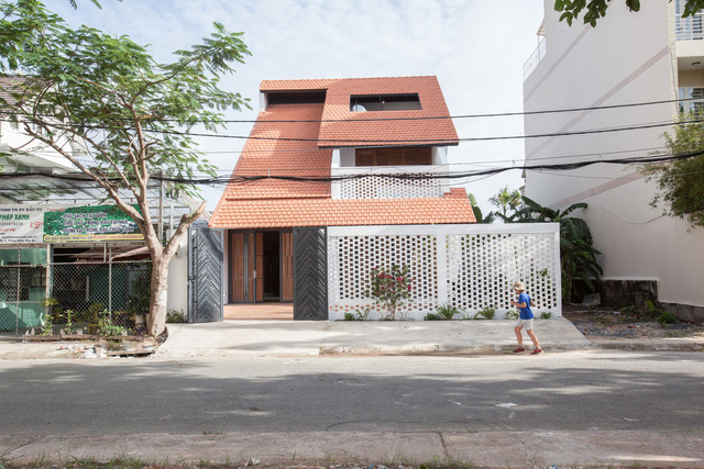 Ngôi nhà mái ngói đất nung, phong cách cổ xưa độc đáo ở TP HCM - Ảnh 1.