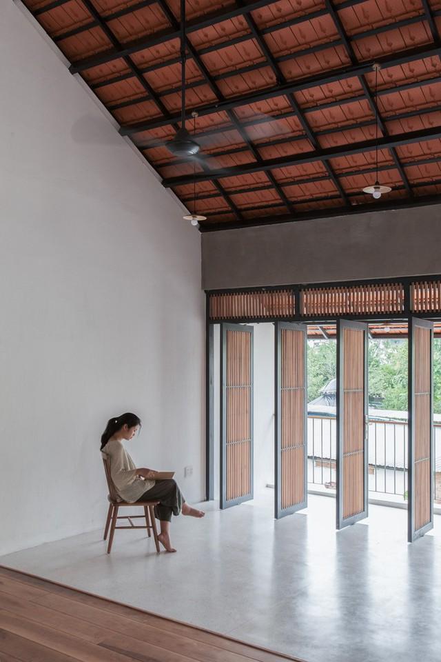 Ngôi nhà mái ngói đất nung, phong cách cổ xưa độc đáo ở TP HCM - Ảnh 12.