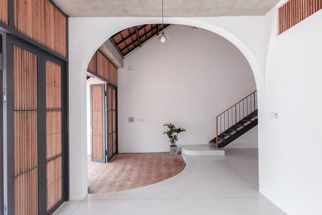 Ngôi nhà mái ngói đất nung, phong cách cổ xưa độc đáo ở TP HCM - Ảnh 8.