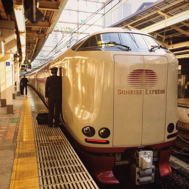 Tàu hỏa xuyên đêm ở Nhật Bản: Bên ngoài cũ kĩ đơn sơ, bên trong nội thất tiện nghi bất ngờ - Ảnh 1.