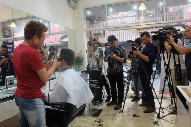 Báo chí nước ngoài đổ bộ vào quán cắt tóc kiểu ông Donald Trump và ông Kim Jong Un - Ảnh 12.