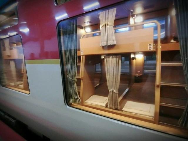 Tàu hỏa xuyên đêm ở Nhật Bản: Bên ngoài cũ kĩ đơn sơ, bên trong nội thất tiện nghi bất ngờ - Ảnh 16.