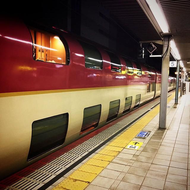 Tàu hỏa xuyên đêm ở Nhật Bản: Bên ngoài cũ kĩ đơn sơ, bên trong nội thất tiện nghi bất ngờ - Ảnh 3.