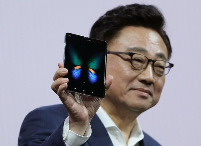 Ngân hàng uy tín Goldman Sachs không nghĩ Apple có thể cạnh tranh với Galaxy Fold của Samsung - Ảnh 1.