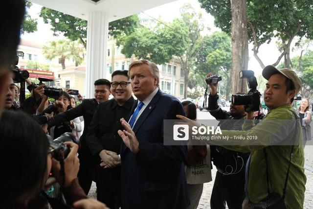 Bản sao của ông Kim Jong-un và ông Donald Trump bị phóng viên vây kín khi xuất hiện tại Hà Nội - Ảnh 1.