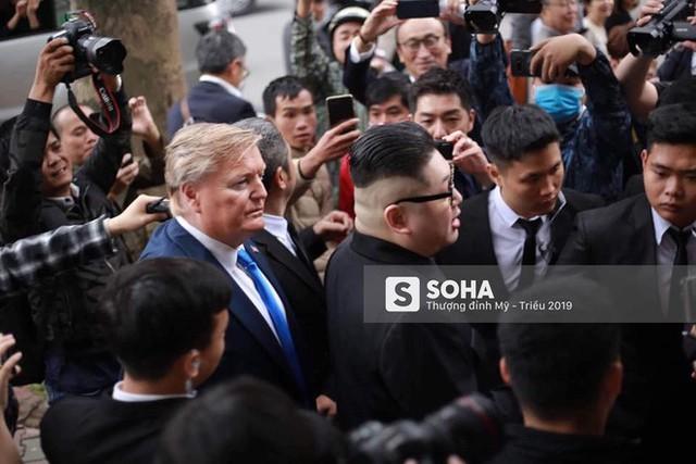 Bản sao của ông Kim Jong-un và ông Donald Trump bị phóng viên vây kín khi xuất hiện tại Hà Nội - Ảnh 2.