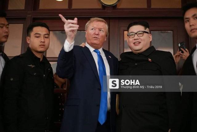 Bản sao của ông Kim Jong-un và ông Donald Trump bị phóng viên vây kín khi xuất hiện tại Hà Nội - Ảnh 11.