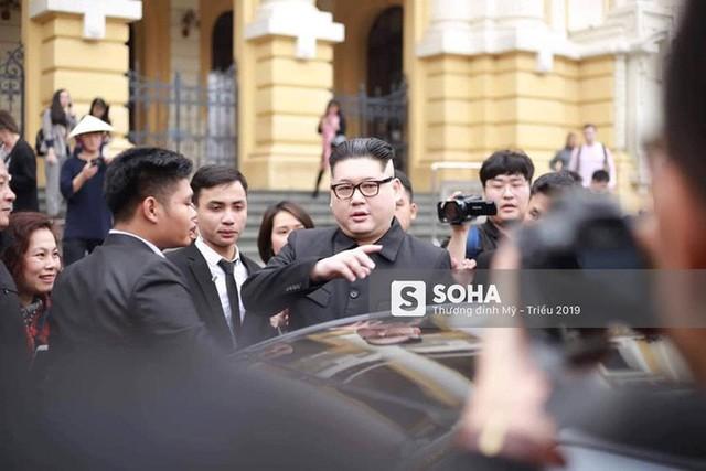 Bản sao của ông Kim Jong-un và ông Donald Trump bị phóng viên vây kín khi xuất hiện tại Hà Nội - Ảnh 18.