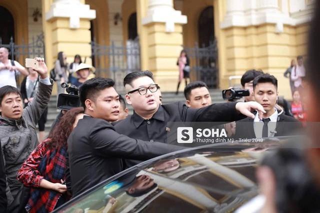 Bản sao của ông Kim Jong-un và ông Donald Trump bị phóng viên vây kín khi xuất hiện tại Hà Nội - Ảnh 19.
