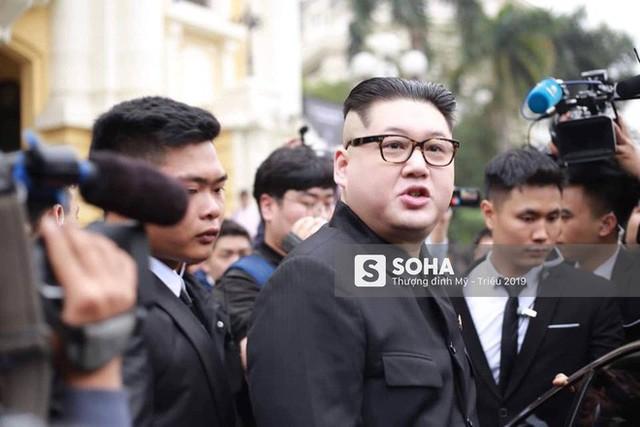 Bản sao của ông Kim Jong-un và ông Donald Trump bị phóng viên vây kín khi xuất hiện tại Hà Nội - Ảnh 21.