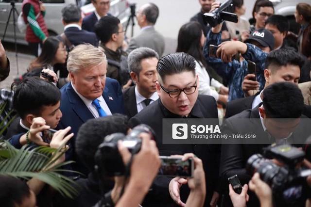 Bản sao của ông Kim Jong-un và ông Donald Trump bị phóng viên vây kín khi xuất hiện tại Hà Nội - Ảnh 4.
