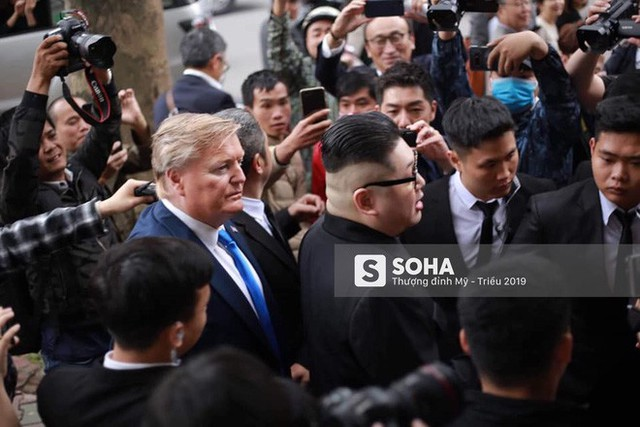 Bản sao của ông Kim Jong-un và ông Donald Trump bị phóng viên vây kín khi xuất hiện tại Hà Nội - Ảnh 5.