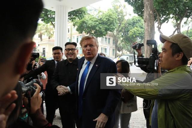 Bản sao của ông Kim Jong-un và ông Donald Trump bị phóng viên vây kín khi xuất hiện tại Hà Nội - Ảnh 6.