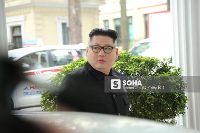 Bản sao của ông Kim Jong-un và ông Donald Trump bị phóng viên vây kín khi xuất hiện tại Hà Nội - Ảnh 7.