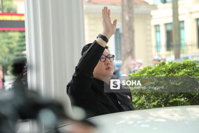 Bản sao của ông Kim Jong-un và ông Donald Trump bị phóng viên vây kín khi xuất hiện tại Hà Nội - Ảnh 8.
