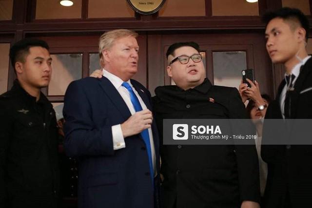 Bản sao của ông Kim Jong-un và ông Donald Trump bị phóng viên vây kín khi xuất hiện tại Hà Nội - Ảnh 9.