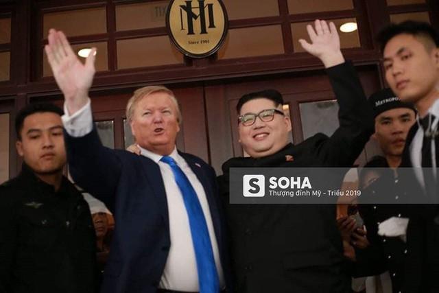 Bản sao của ông Kim Jong-un và ông Donald Trump bị phóng viên vây kín khi xuất hiện tại Hà Nội - Ảnh 10.