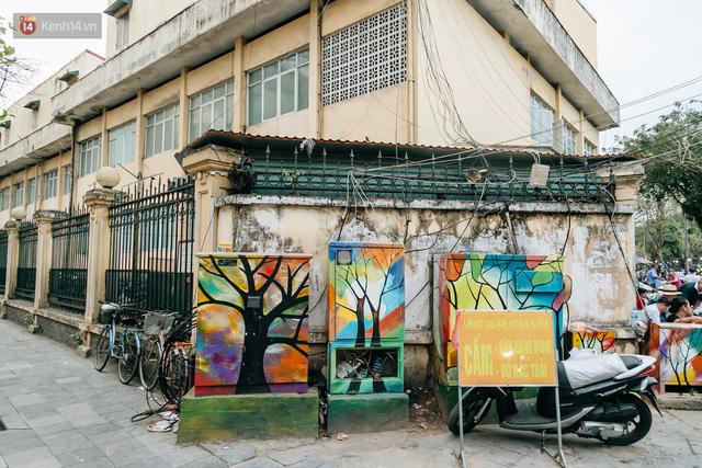 Chuyện buồn về những tủ điện sắc màu ở Hà Nội bị bôi bẩn: Chúng tôi mất 4 ngày tô vẽ, những người khác chỉ mất 3 giây để làm nó lem luốc - Ảnh 1.